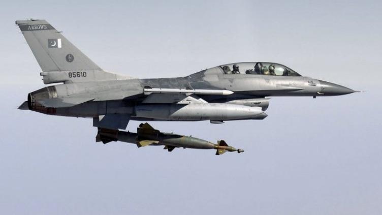 A PAF F-16B dropping a GBU-10 (2000 lb/near-1000 kg) laser-guided bomb.